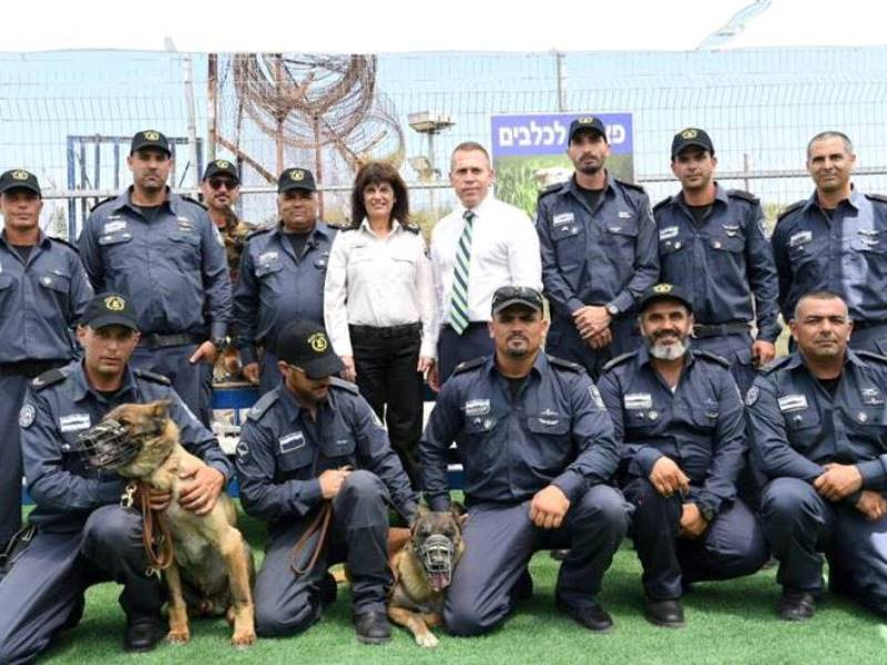 Minister Erdan and IPS Commissioner Klinger with the dog sanctuary staff